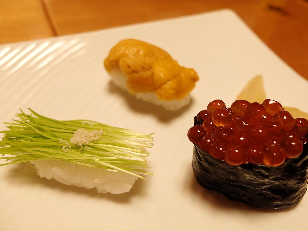 des bons sushis à Hiroshima : uni, menegi, ikura sushi