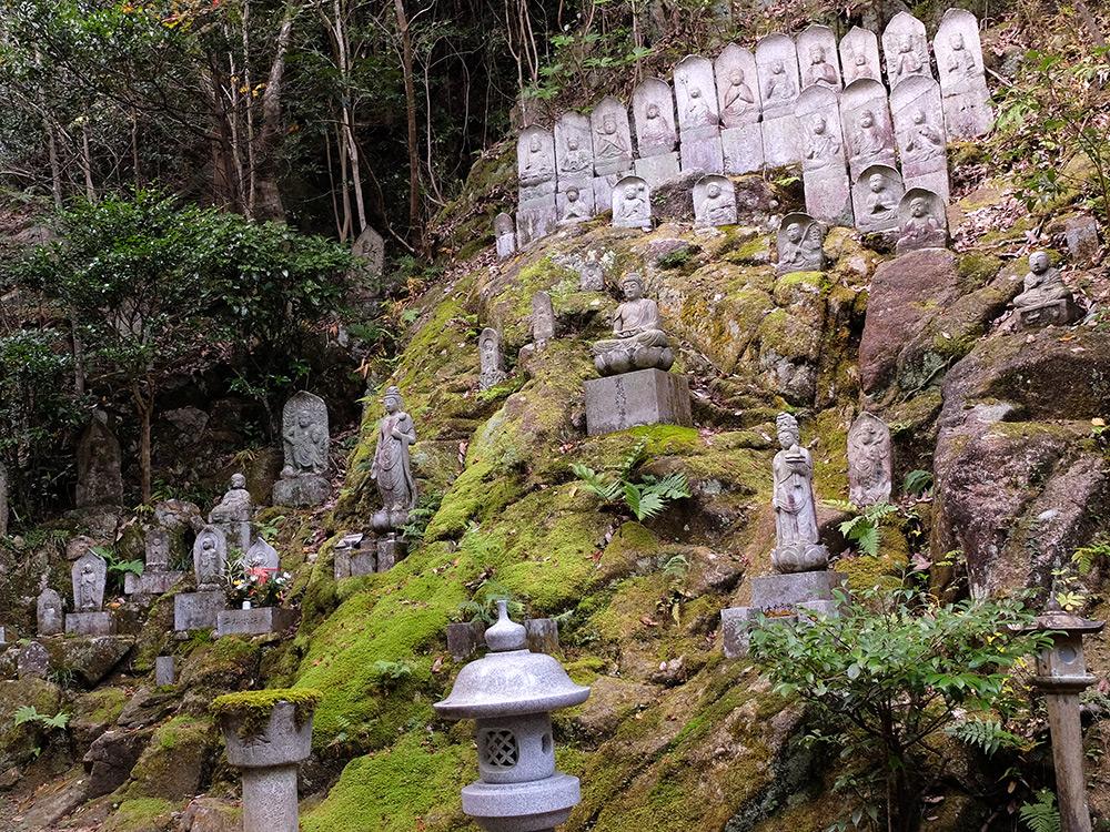 Statuettes bouddhiques à Mitaki