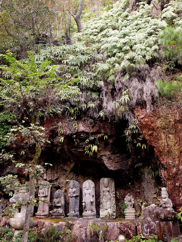 Grotte et statues bouddhiques