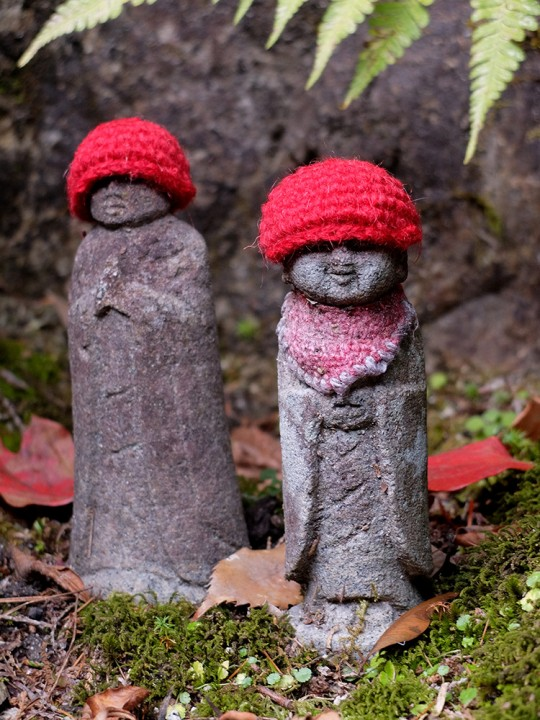 Petites statues Jizo à bonnet rouge à Mitaki