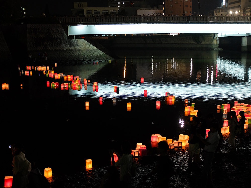 Lanternes sur la rivière Motoyasugawa, Hiroshima 6 Août