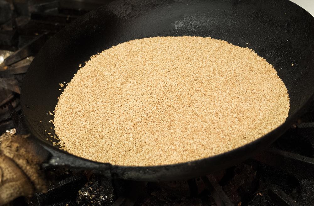 Sésame grillé dans une poêle en fonte