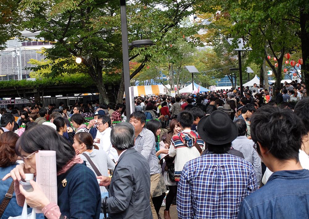 foule au saké matsuri de Saijo