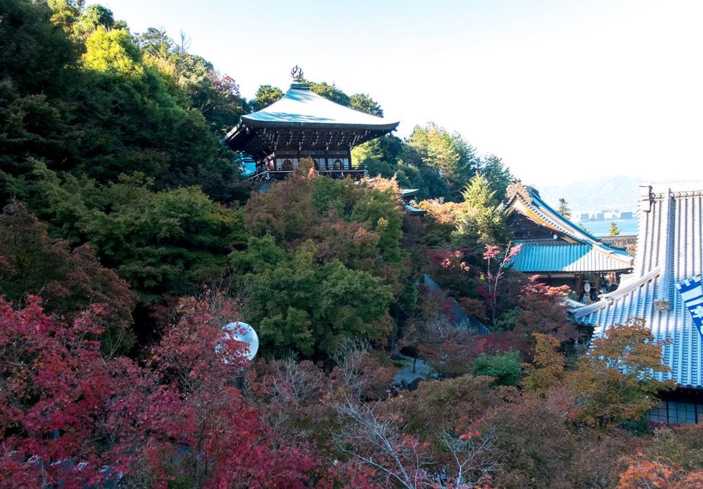 Vue sur le pavillon Maniden depuis le pavillon Daishi-do