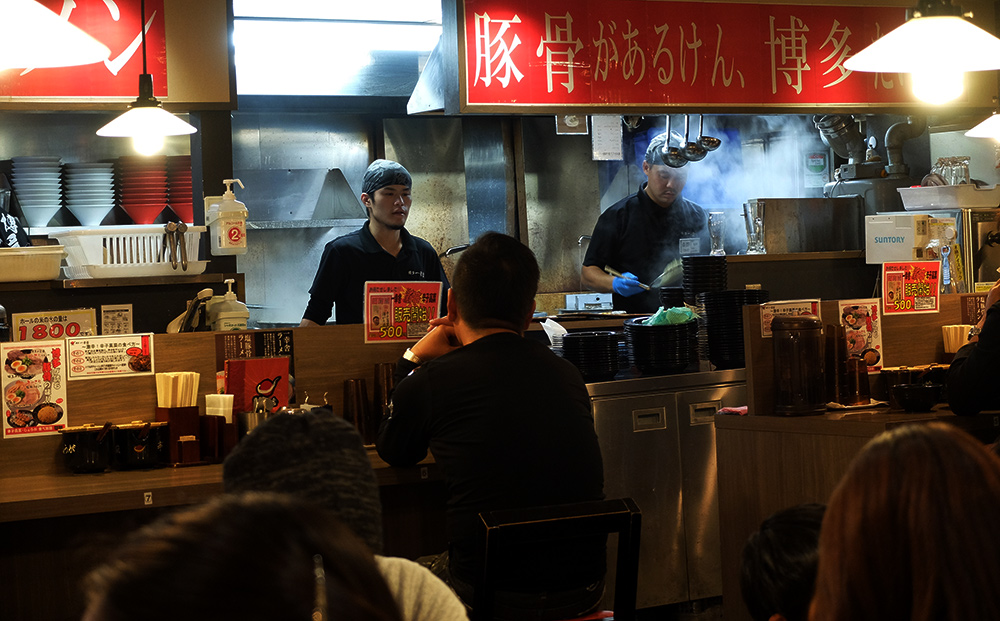 resto de ramen à Hakata, 一幸舎 ikkōsha, vue sur la cuisine