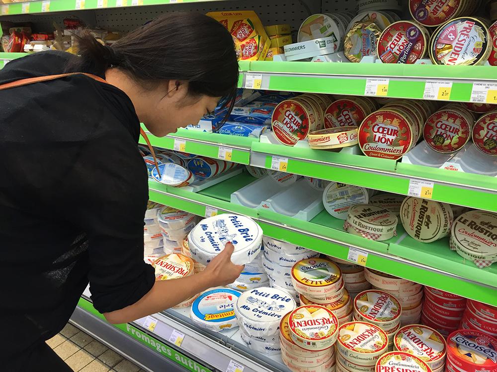 Japonaise au rayon fromage d'un supermarché français