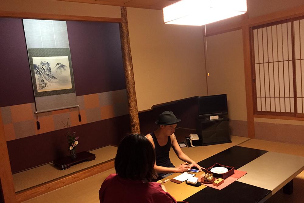 chambre de ryokan présentée par l'okami 女将, Ichizen, Yufuin
