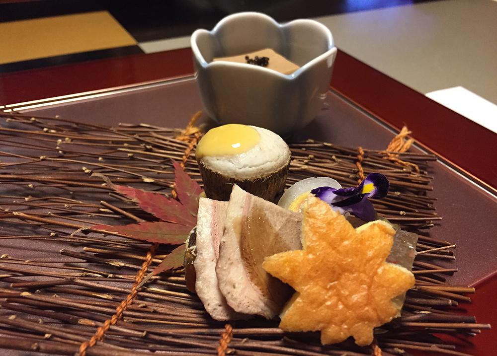 feuille d'érable en sponge cake, bulbe de lys au kaki, gelée de crabe, taro bouilli avec sa peau, tofu de noix, kinuta maki, canard colvert à la sauce balsamique.