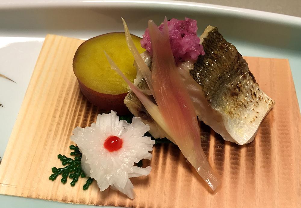 Sériole grillée, navet en fleur de chrysanthème, patate douce, daikon rapé de couleur violette, myōga.