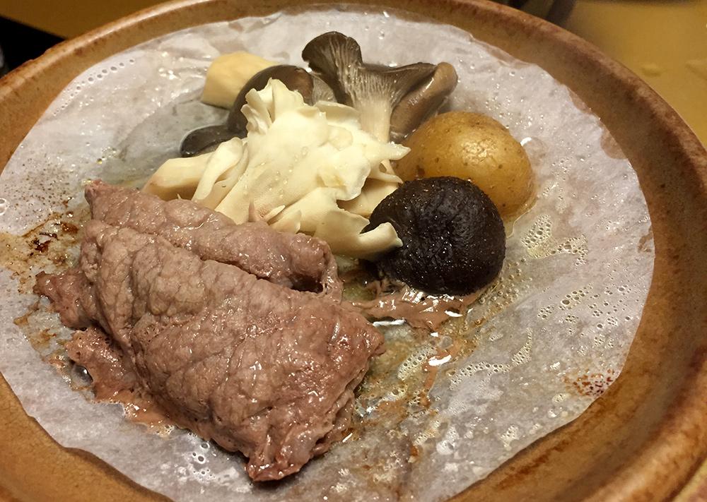 Bungogyū (bœuf noir de la préfecture d'Oita) et champignons d'automne servis avec de la sauce ponzu au yuzu (agrume japonais).