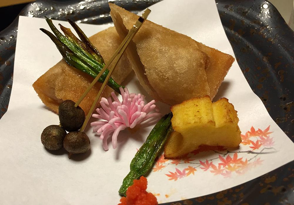 Rouleau de tofu au sésame, hémérocalle fauve (le truc vert), brochettes de petites pommes de terre mukago, pâte de poisson en forme de feuille de ginkgo, nouilles somen en forme de fleur.
