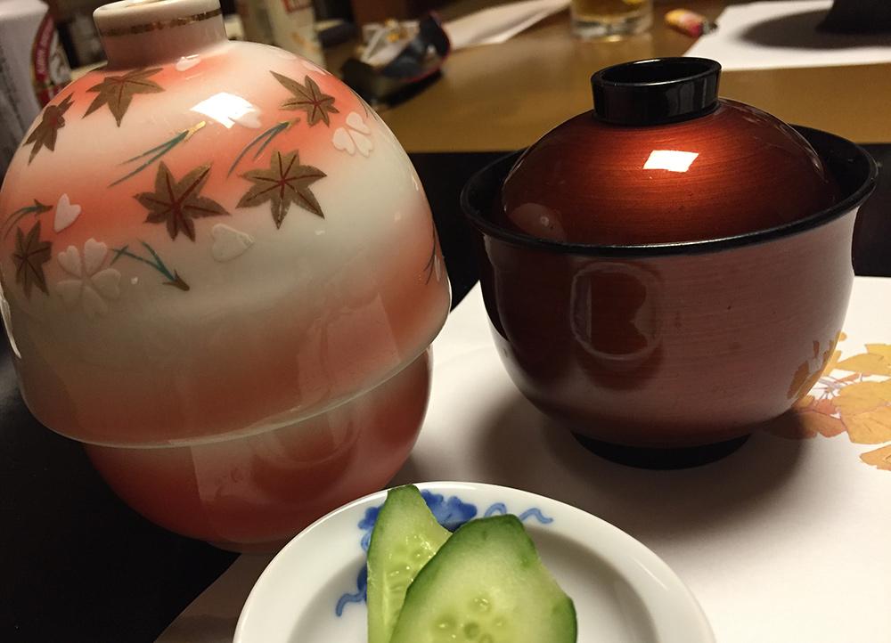 riz aux châtaignes et soupe de miso rouge aux boulettes de taro et pâte de poisson, et tofu