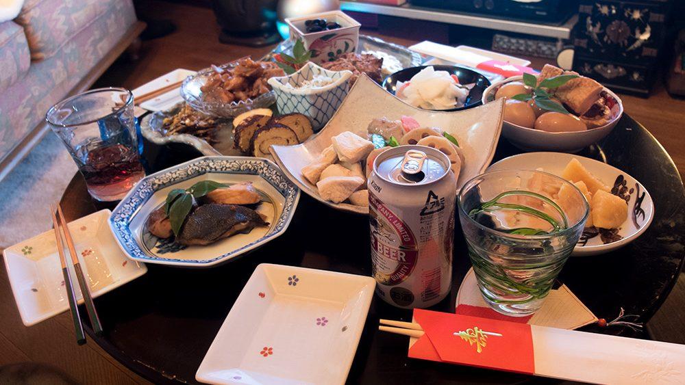 Table de shōgatsu dans une famille japonaise