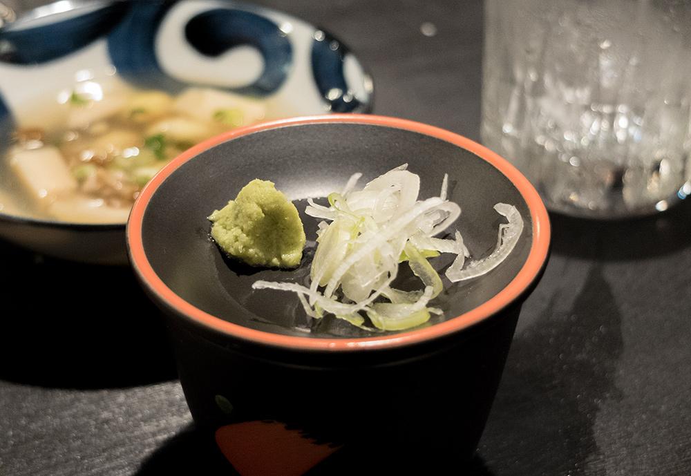 Wasabi, negi et tsuyu dans lequel on trempe les soba - izakaya Aitsuki あい月 Hiroshima