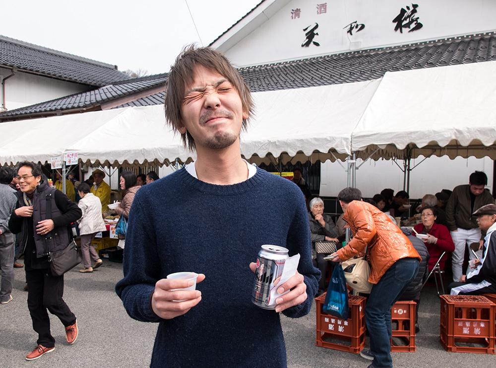 Jeune Japonais à un festival du saké