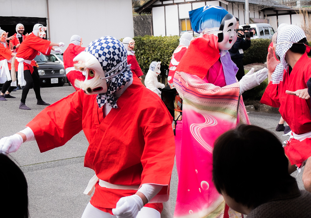 hyottoko et okame à la brasserie de saké Miwa Sakura, Hiroshima