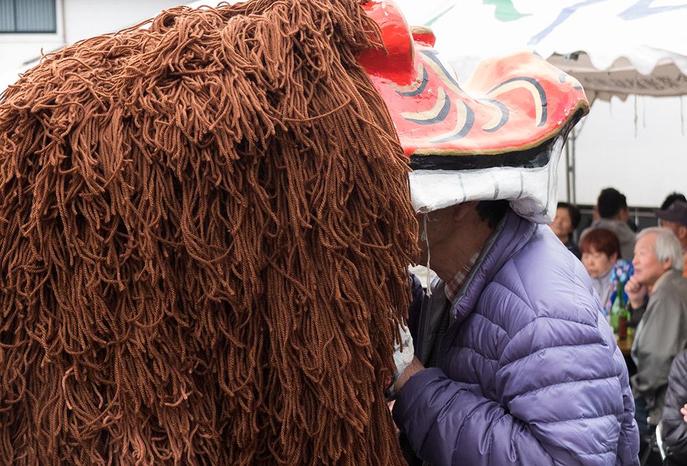 Danse du lion 獅子舞 shishimai, se faire manger la tête par le lion