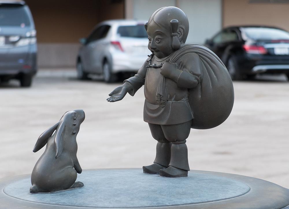 Okuninushi et le lapin blanc (sculpture de Satoshi Yabuuchi), Tamatsukuri Onsen