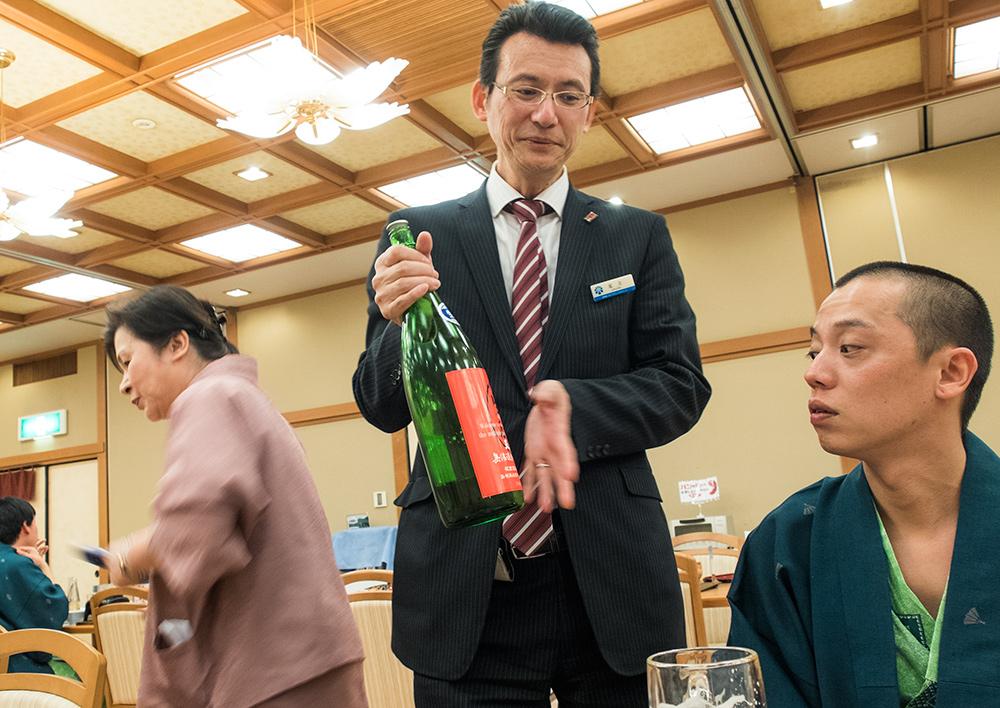 Le manager du ryokan qui nous présente des sakés