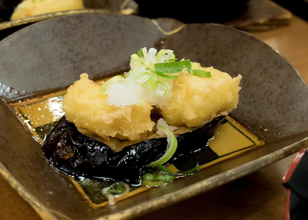 des manjuu sur de l'aubergine grillée, un délice ! cuisine kaiseki ryori, ryokan