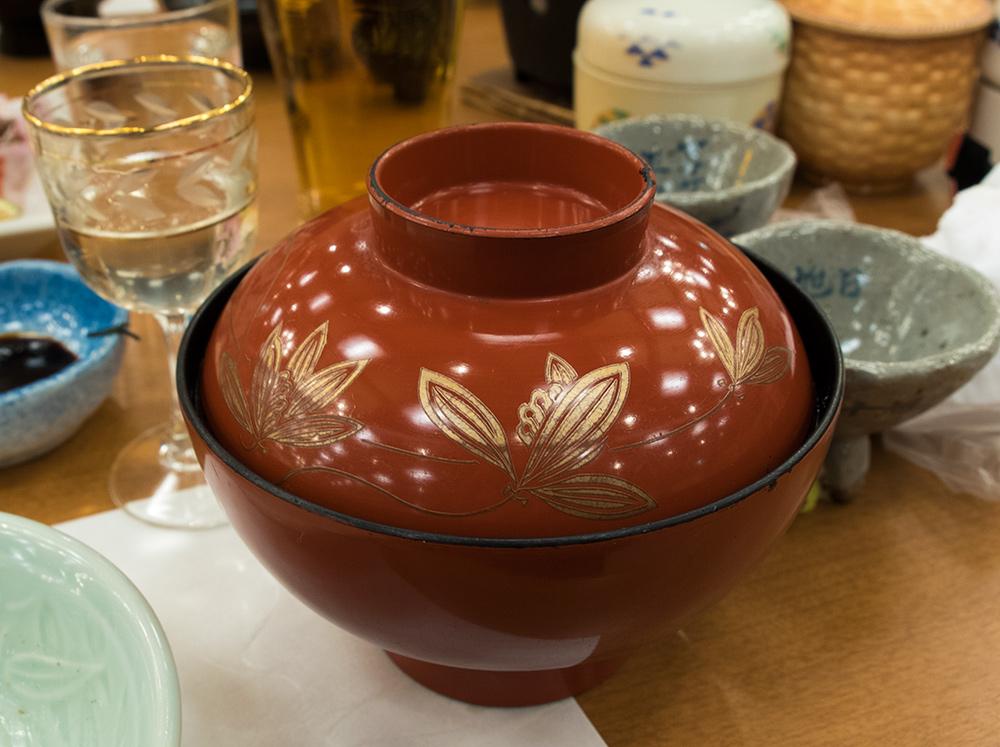 Un bol de soupe miso rouge (赤出汁 akadashi), cuisine kaiseki, ryokan