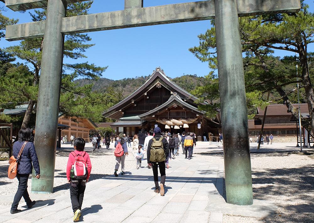 Torii de bronze menant au haiden du sanctuaire Izumo Taisha