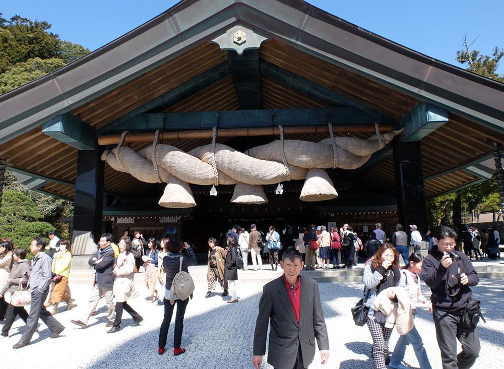 Le kagura-den (神楽殿 Hall de Kagura) avec la plus grande shimenawa du Japon, Izumo Taisha