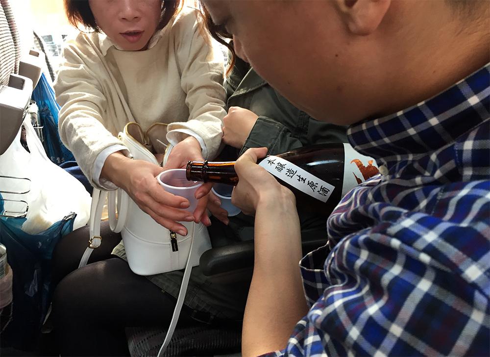 Miwa Sakura saké tour, alcool dans le bus au Japon