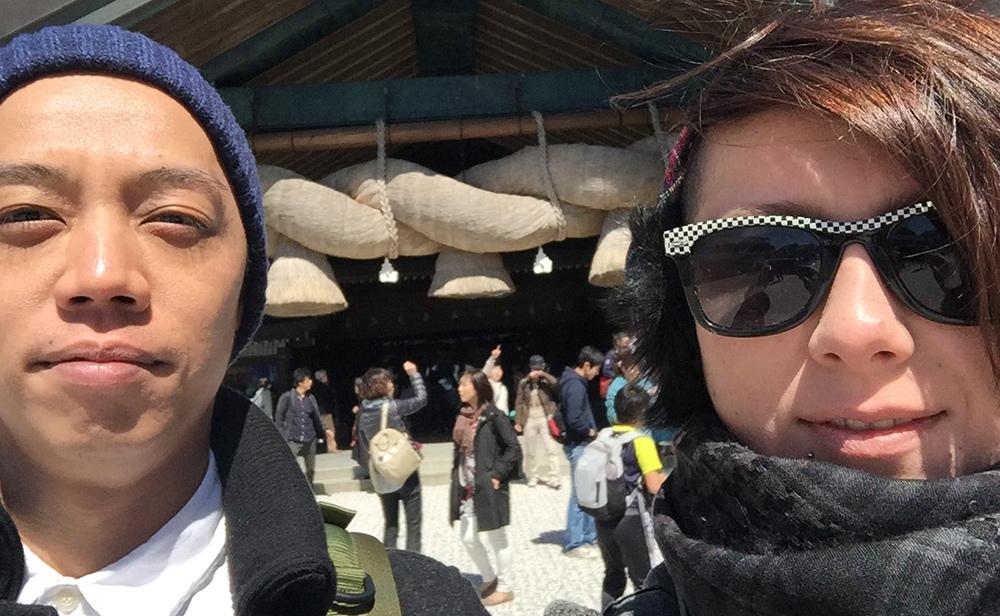 deux abrutis devant la shimenawa du Kagura-den d'Izumo Taisha