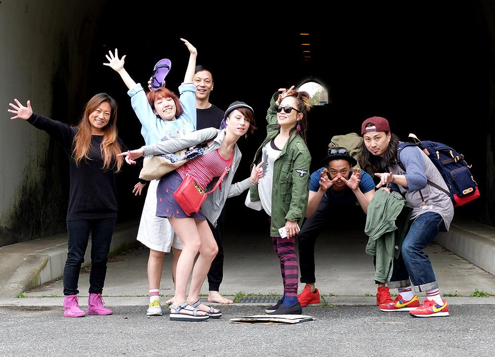 Photo de groupe devant le tunnel de Kanawajima