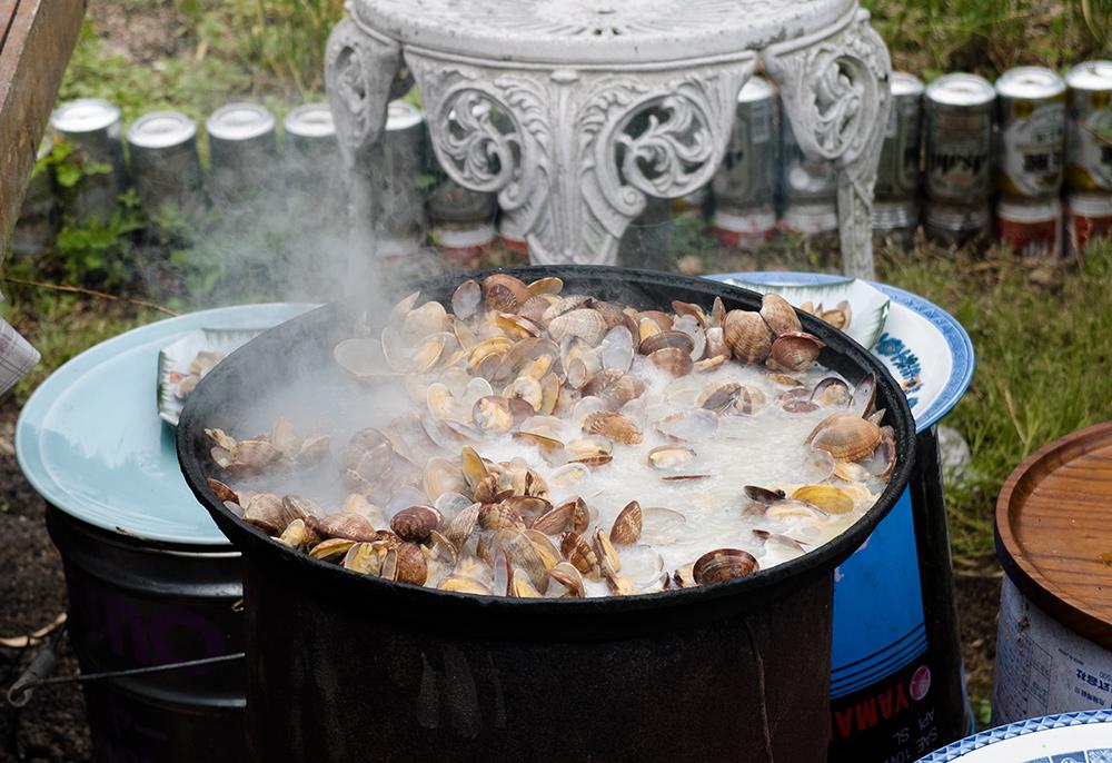 les palourdes asari sur le barbecue, Japon