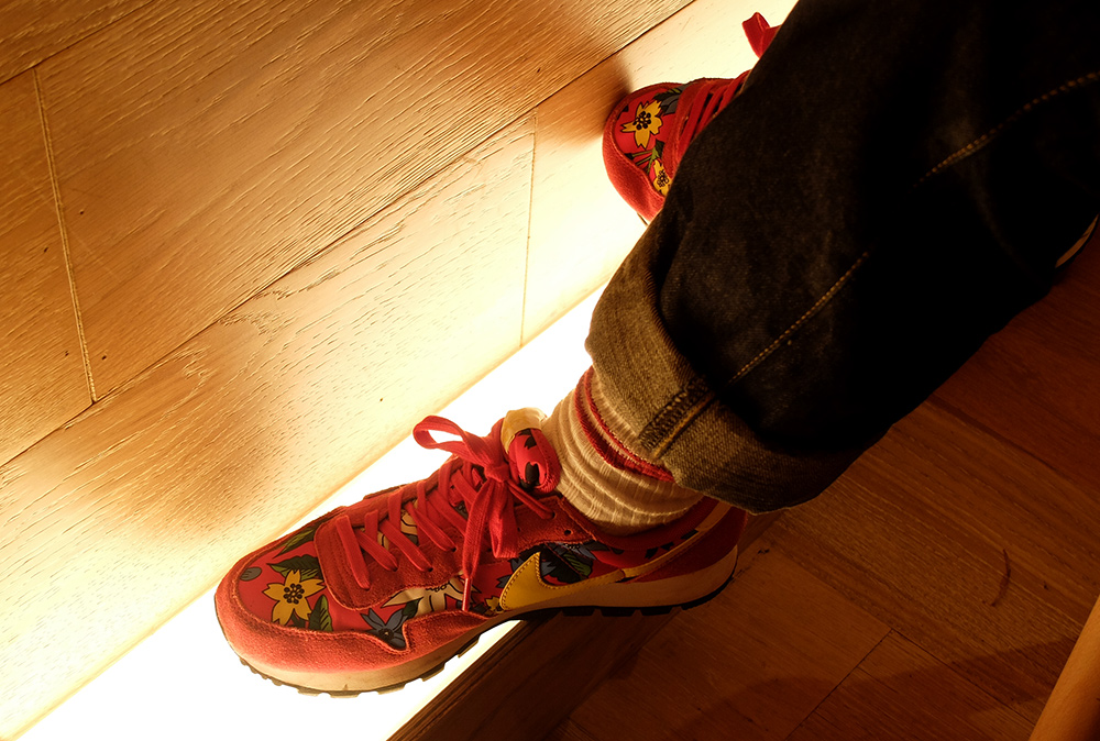 red sneakers in Japanese restaurant www.jud-hiroshima.com
