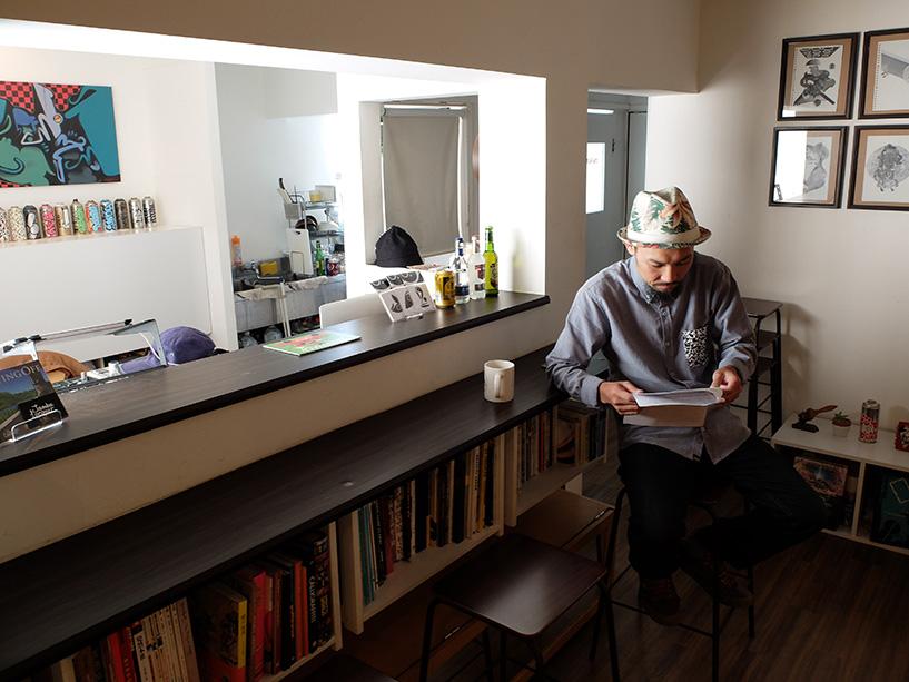 Suiko, graffeur japonais dans son atelier / magasin Dimlight Hiroshima