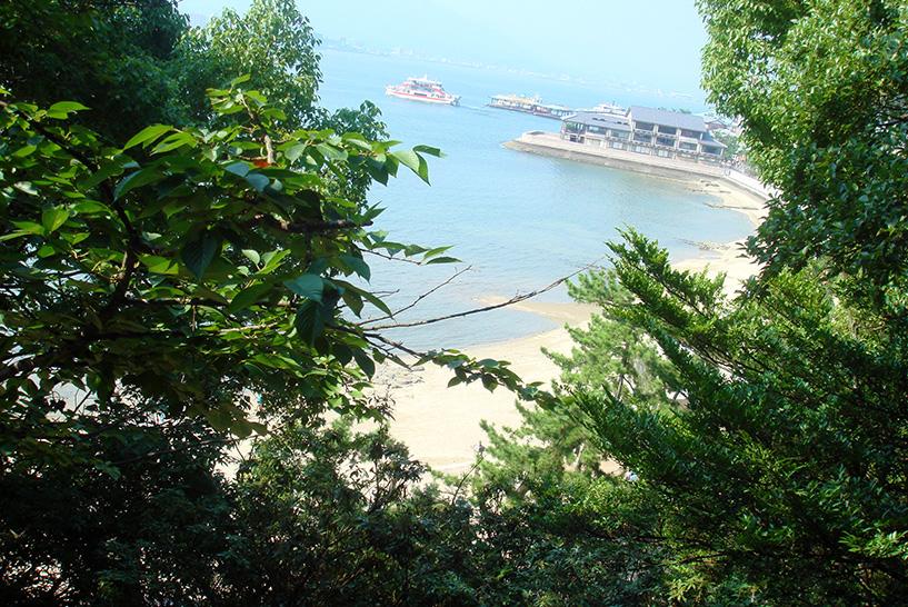 Vue sur la plage depuis le Senjokaku