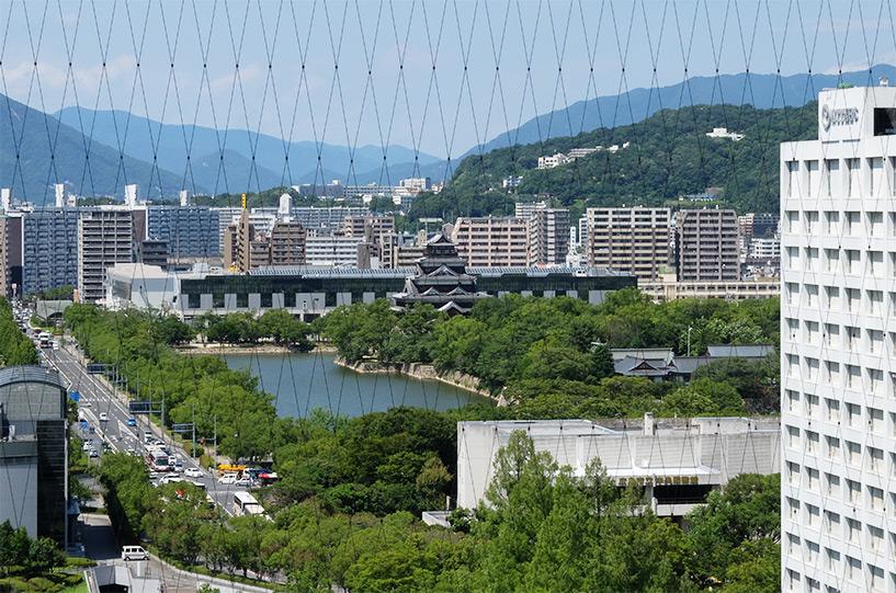 Vue sur le château d'Hiroshima depuis la Orizuru Tower