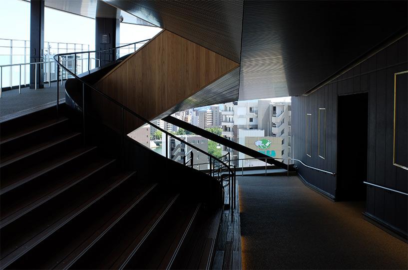 escaliers et toboggan Hiroshima Orizuru Tower