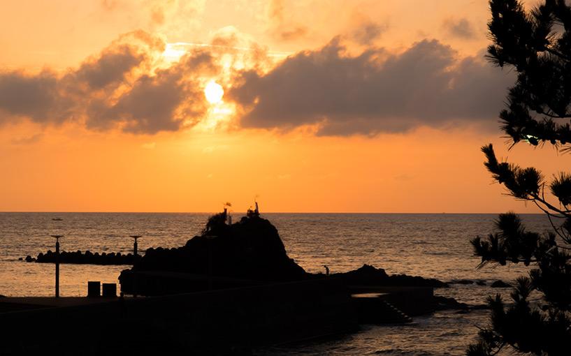Coucher de soleil sur la plage Kokufu Hamada Japon