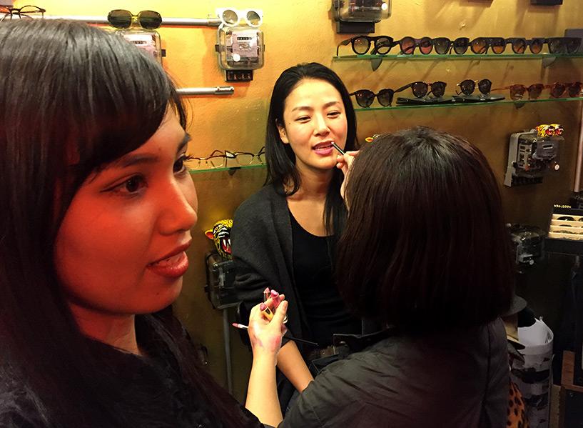 Kotoe au stand de maquillage