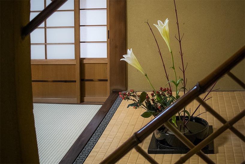 les fleurs dans le tokonoma au ryokan