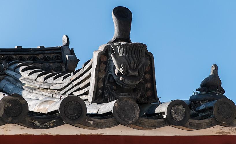 tuiles toit du sanctuaire shinto Toshogu Hiroshima