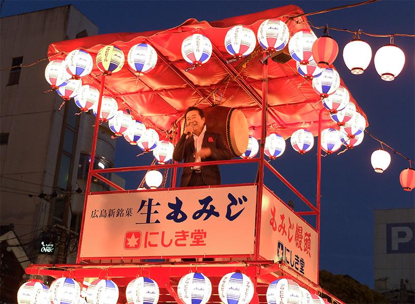 Issei Minami sur le yagura, lampions Asahi
