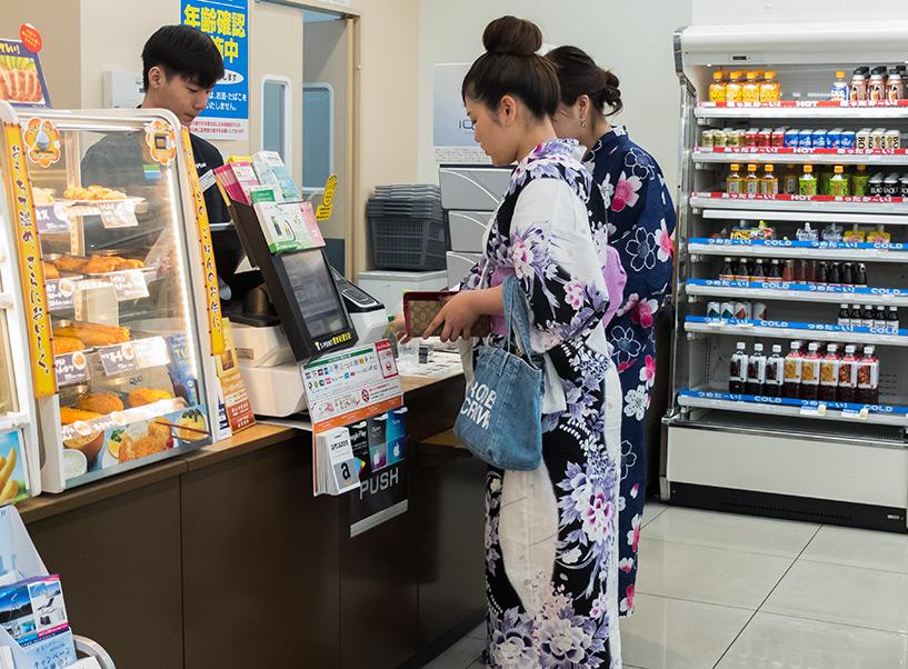 files en yukata au conbini
