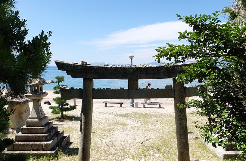 torii de pierre, sanctuaire shinto sur la plage d'Etajima