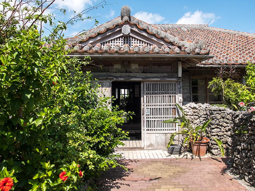 entrée de la guesthouse Rakuten-ya avec ses buissons d'hibiscus, Ishigaki