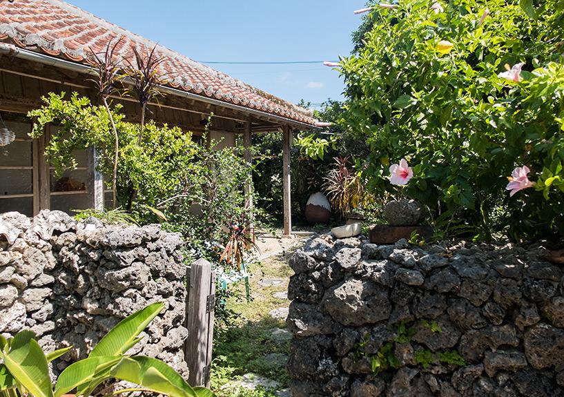 jardin de la guesthouse Rakuten-ya avec ses jolis murets de corail, typiques de la région d'Ishigaki