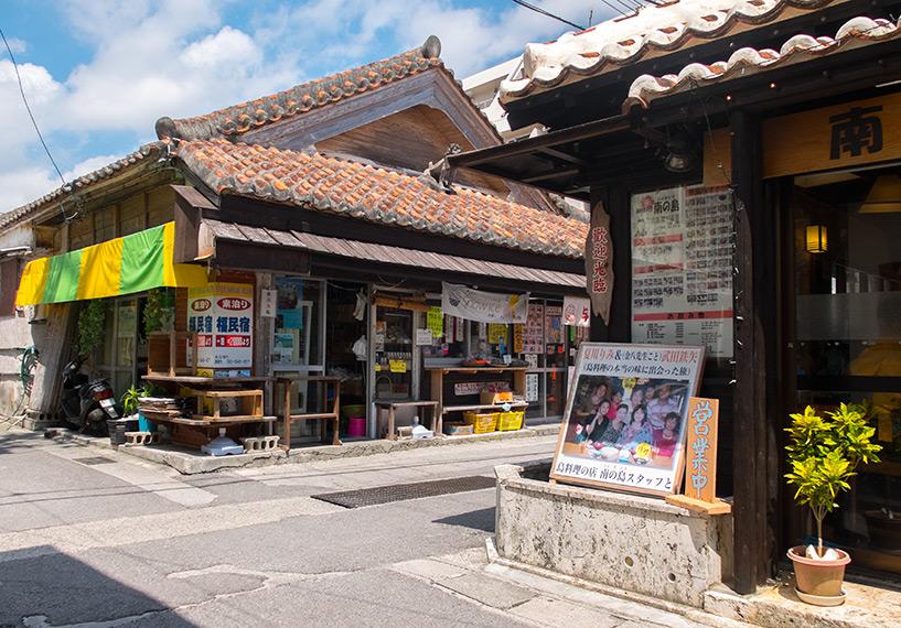 Maison traditionnelle au toit de tuiles cimentées surplombé d'un shīsā (mi-chien, mi-lion protecteur); Ishigaki, Okinawa