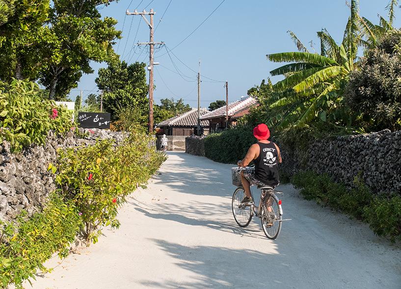 à vélo dans les rues de sable de Taketomi-jima, Okinawa