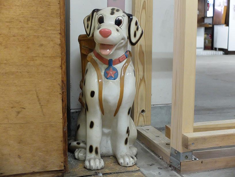 Vieux bibelot chien en porcelaine