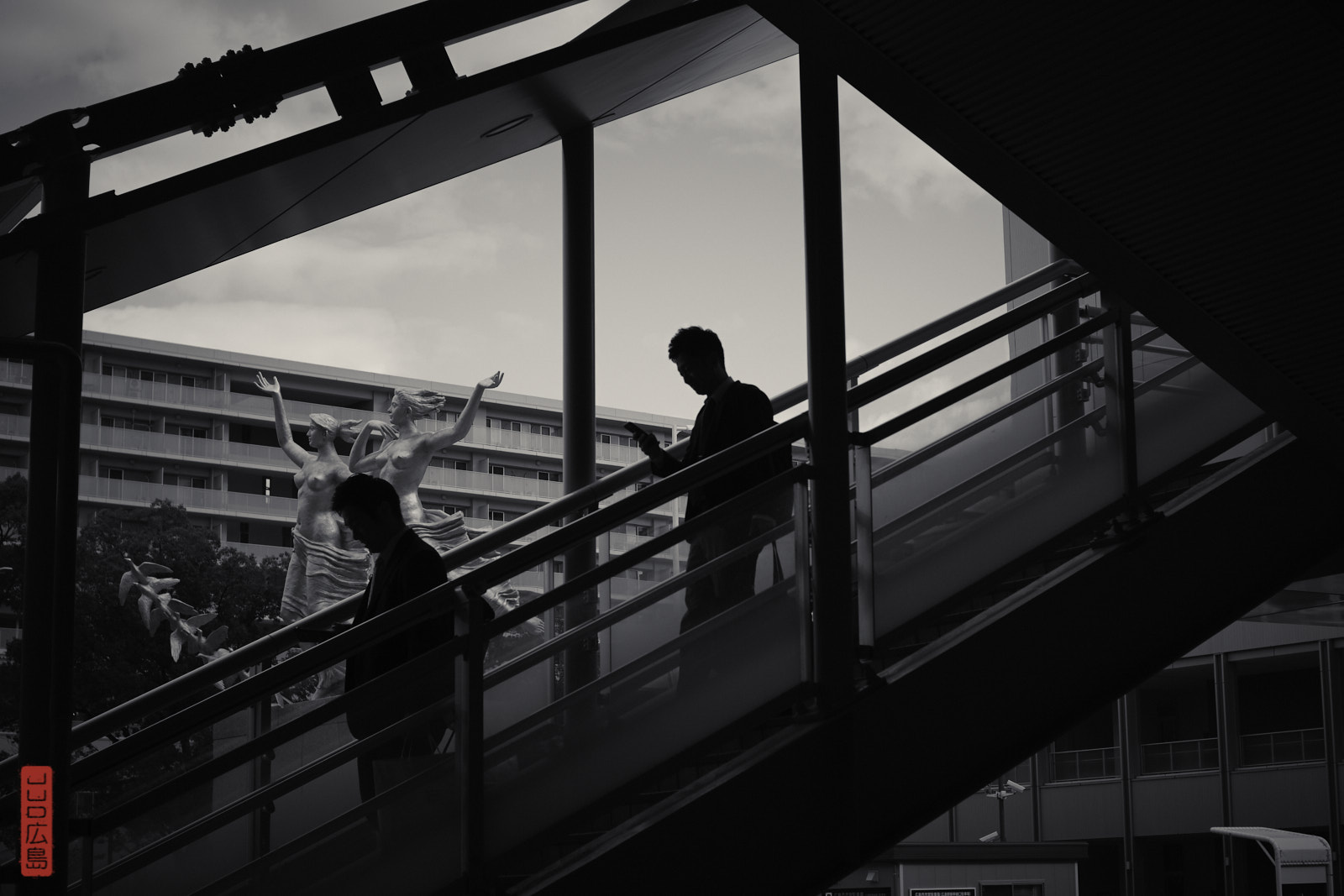 Gare d'Hiroshima, sortie Nord, silhouettes