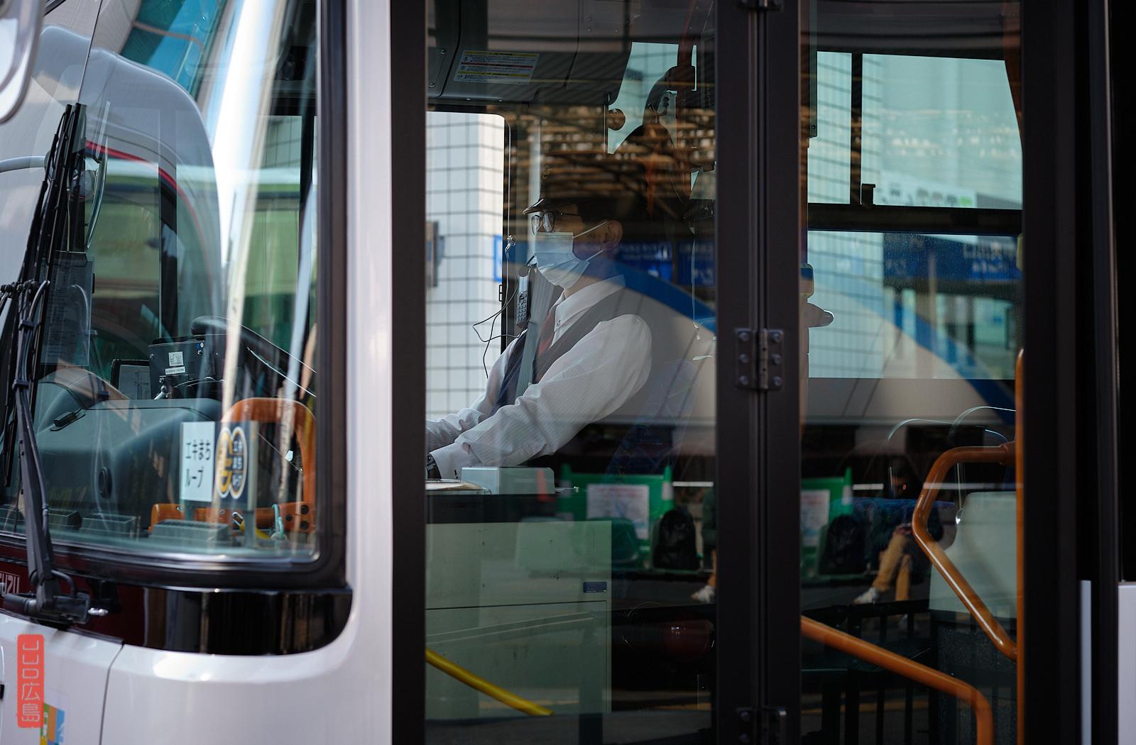 Chauffeur de bus portant un masque, Japon